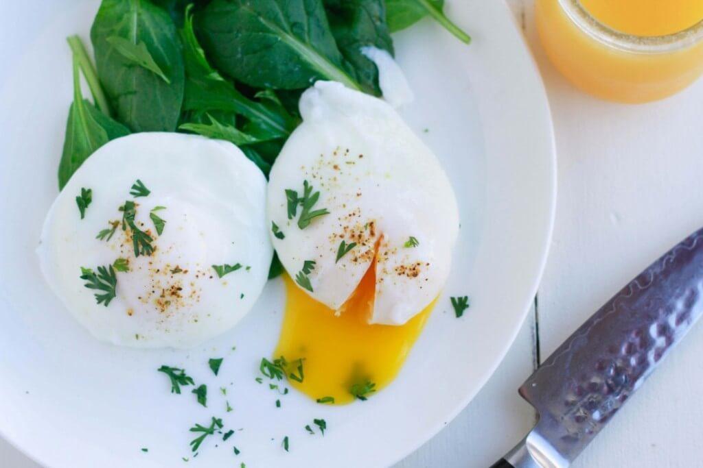 Easy-Poached-Eggs-www.savorylotus.com_-1102x735