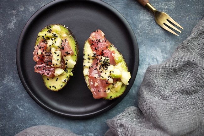 Whole-30-Tuna-Poke-Avocado-Boats-4 (1)