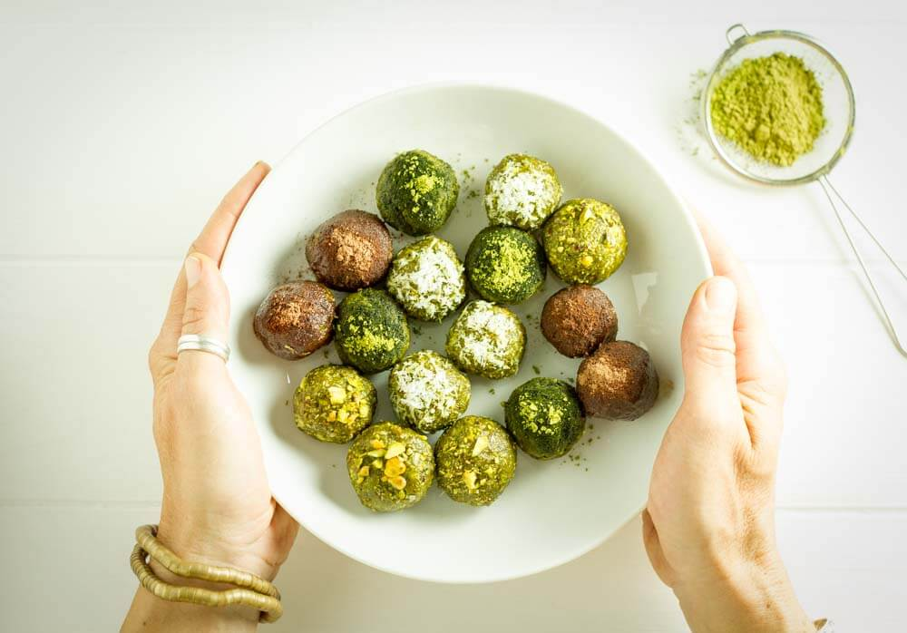 No Bake Matcha Energy Balls (gluten free, paleo, vegan) ~ www.savorylotus.com