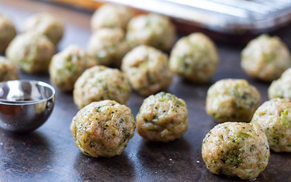 Easy Broccoli Chicken Meatballs (gluten free, paleo) \\\\ www.savorylotus.com