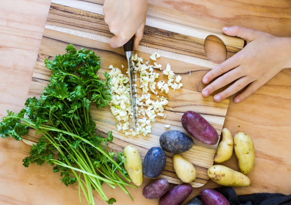 Garlic Roasted Potatoes (gluten free, Whole30) -- www.savorylotus.com