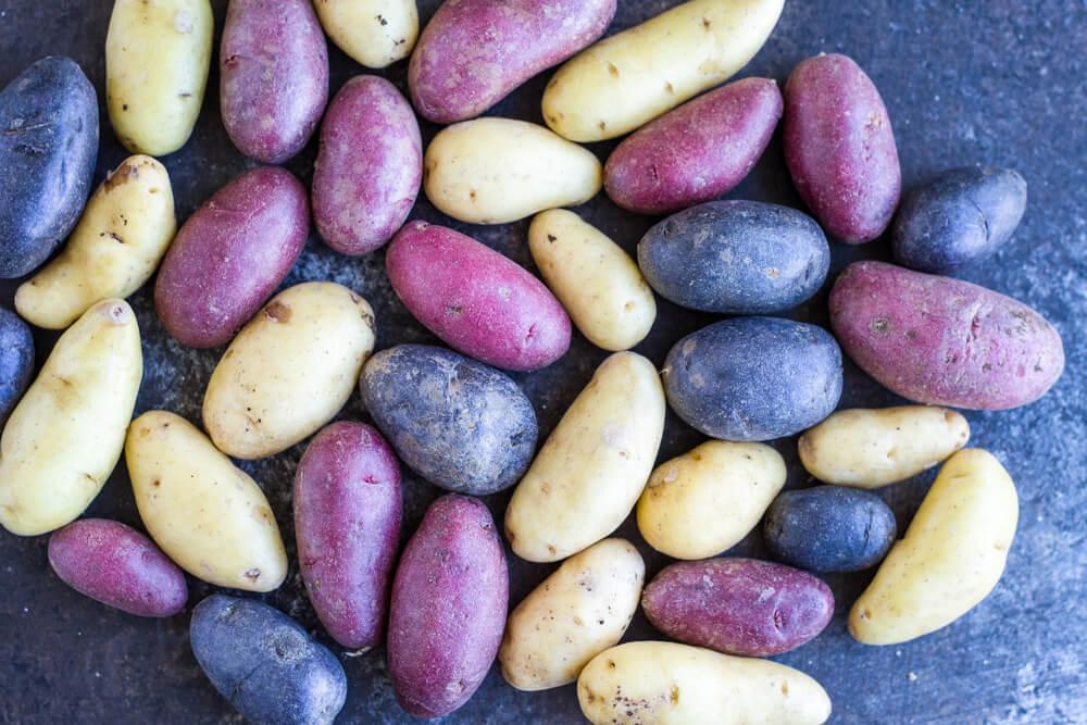 Garlic Roasted Potatoes (gluten free, paleo, Whole30) \\\\ www.savorylotus.com